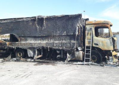 Het laden van een uitgebrande Mercedes in Halle Duitsland 1/5