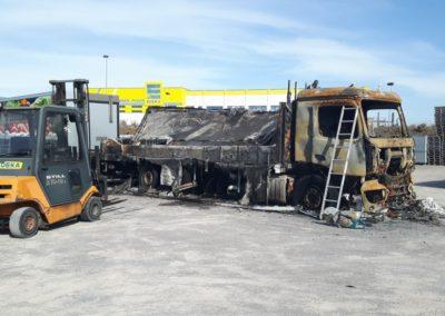 Het laden van een uitgebrande Mercedes in Halle Duitsland 2/5