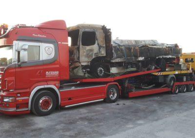 Het laden van een uitgebrande Mercedes in Halle Duitsland 5/5